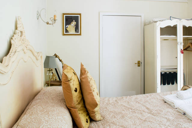 The Dalesway: a pretty room furnished with French antiques which overlooks the calming woodlands on Brantfell.